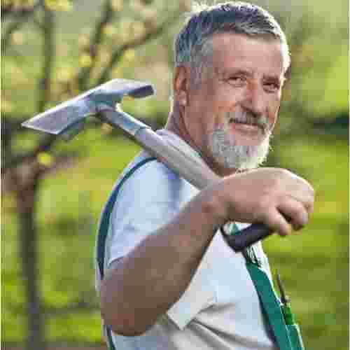 Un homme qui jardine avec un grand sourire