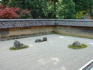 disposition des pierres dans un jardin zen