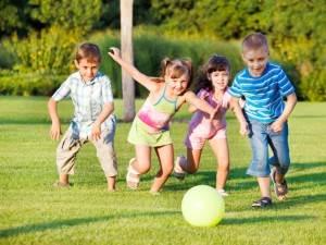 enfants s'amusant au ballon