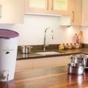 Composteur de cuisine violet dans cuisine